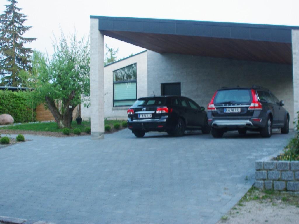 Niveaurig grund med stilfast ny opført hus.