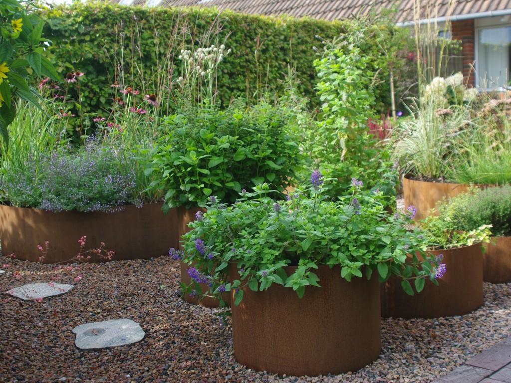 Vedligeholdelsesfri rækkehushave i natursten uden græs